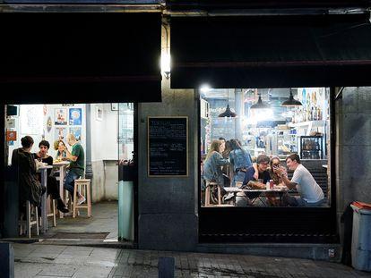 Varias personas en una cafetería de Madrid durante la primera jornada en la que se permite el cierre a la 01.00 en hostelería y recintos culturales el 31 de mayo de 2021.