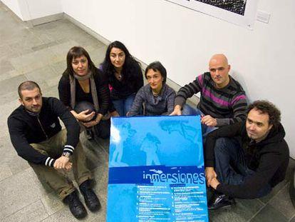De izquierda a derecha, el comisario de <i>Inmersiones,</i> Iñaki Larrimbe; Ana Valdeolivas, Anabel Quincoces, la diputada López de Lacalle, Ibon Sáenz de Olazagotia y Natxo Rodríguez, ayer en Vitoria.