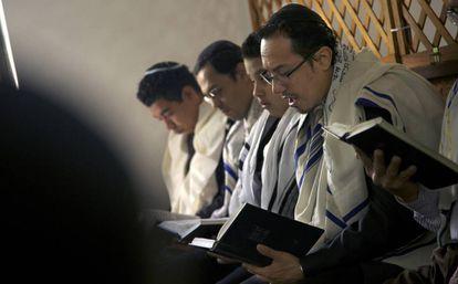 Judíos conversos de origen sefardí rezan en su sinagoga en Bello (Colombia).
