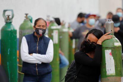 Decenas de personas esperan turno para cargar oxígeno en Guadalajara, el pasado 19 de enero.