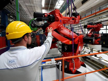 Un trabajador de FCA optimiza la instalación del primer robot para la producción del coche eléctrico Fiat 500 BEV en Turín, Italia.