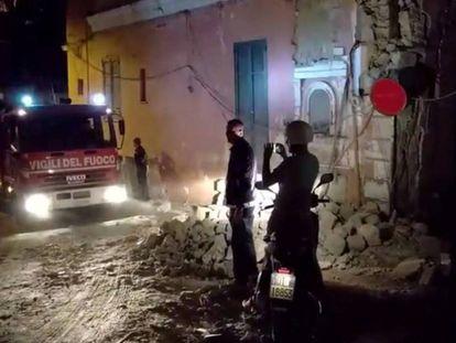 Bomberos y servicios de emergencia tras el terremoto en Italia.