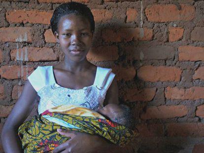 María vive en Kebanchabancha, un pueblo del norte de Tanzania; tiene 17 años y un bebé recién nacido.