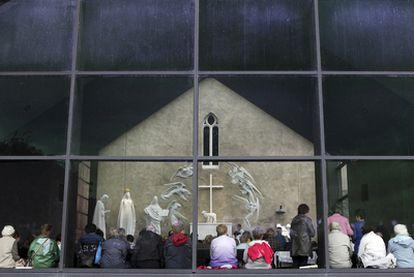 Fieles en misa en una parroquia de la localidad irlandesa de Konck.
