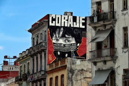 """View of a graffiti with the word """"courage"""", on a street in Havana, Cuba, this Tuesday, July 20, 2021"""