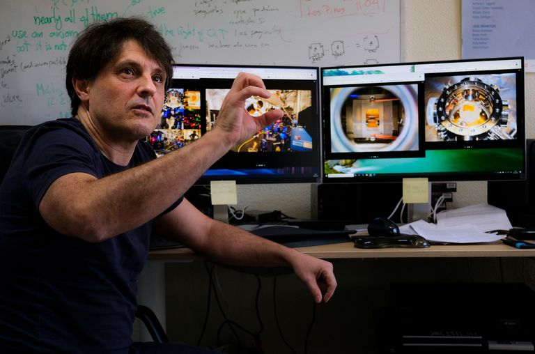 El físico Adán Cabello muestra las imágenes del laboratorio donde se ha conseguido una medición ideal de una secuencia cuántica.