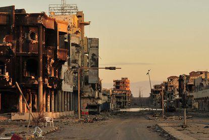 Vista de la devastada área de Sirte donde se ocultaba Gadafi, ayer.