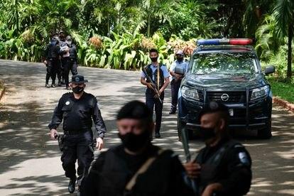 La policía nicaragüense rodea la casa de la líder opositora Cristiana Chamorro.
