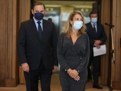 Raquel Sánchez, nueva ministra de Transportes, Movilidad y Agenda Urbana, junto a su predecesor en el cargo, José Luis Ábalos, este lunes en la sede del ministerio.