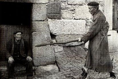 Un vecino de Piornedo explica la técnica de la caza de jabalí con chuzo, calzado con las galochas con marañois (raquetas de nieve), en 1968.