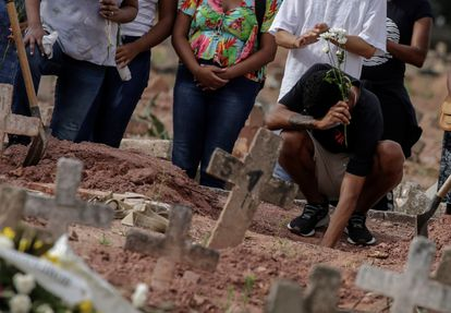 Un hombre llora en un funeral en Río de Janeiro, Brasil, tras la muerte de una mujer por covid-19.