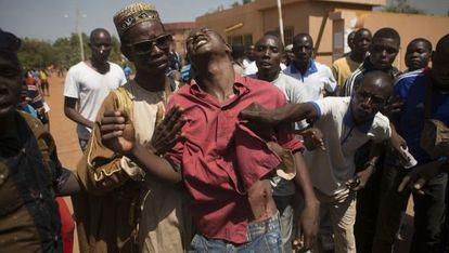 Un manifestante herido en Uagadugú, capital de Burkina Faso.