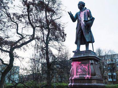 Estatua de Immanuel Kant en Kaliningrado, tras ser atacada por vándalos.