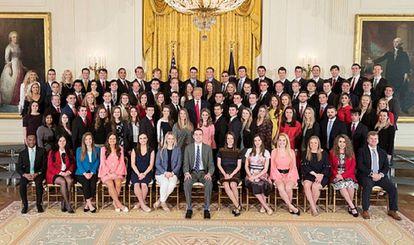 Donald Trump posa junto a los becarios de la Casa Blanca.
