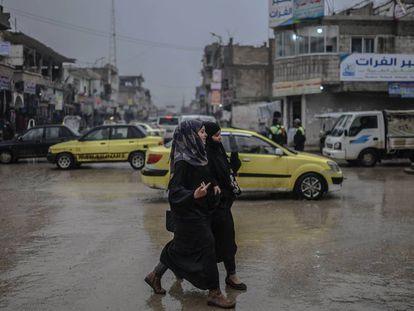 Dos mujeres caminan en la ciudad siria de Raqa en febrero pasado.