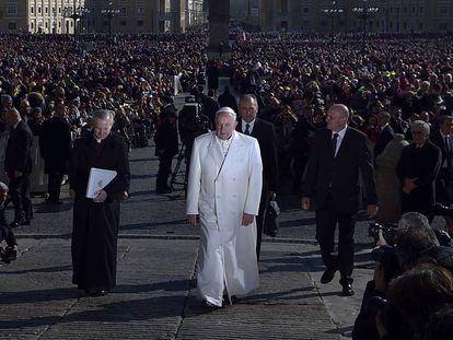 El papa Francisco en la plaza de San Pedro en febrero de 2016.