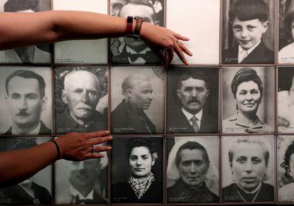 En el centro de la imagen, Ramona Domínguez Gil, víctima de una matanza ocurrida en el pueblo francés de Oradour-sur-Glane, el 10 de junio de 1944.