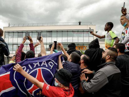 Los aficionados del PSG se congregan en las puertas del Parque de los Príncipes a la espera de que se haga oficial el fichaje de Lionel Messi.