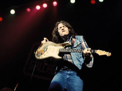 Rory Gallagher, a principios de los setenta, en un concierto con su clásica guitarra Fender Stratocaster descascarillada.