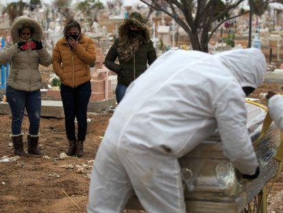 Sepultura de un fallecido por covid-19, este martes en Ciudad Juárez.