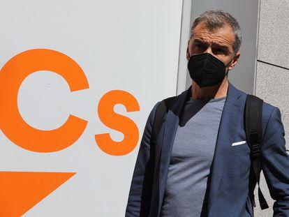 Toni Cantó, tras presentar su dimisión a su salida de la  sede de Ciudadanos en Madrid.