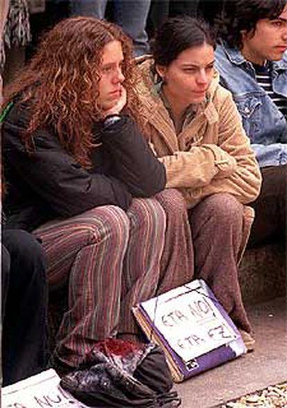 Dos jóvenes, en la concentración de la Universidad Pública Vasca.