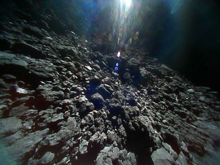 Imagen del asteroide Ryugu obtenida por la agencia espacial japonesa (JAXA).