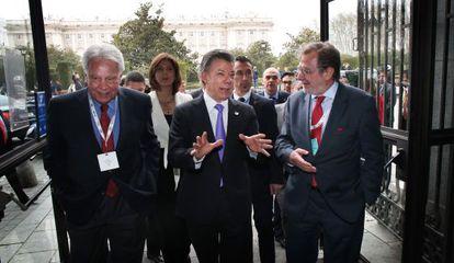 De izquierda a derecha, Felipe González, Juan Manuel Santos y Juan Luis Cebrián, a su llegada al Foro por la Paz en Colombia, este lunes en Madrid.