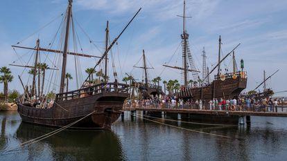 Visitantes del Muelle de las Carabelas, ubicado en el paraje de La Rábida, en Palos de la Frontera (Huelva), unos de los lugares de celebración del 529 aniversario de la llegada de la primera expedición de Cristóbal Colón a América.