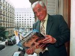 (FILES) In this file photo taken on April 4, 1996 french actor Jean-Paul Belmondo, one of France's biggest screen stars and a symbol of 1960s New Wave cinema, flips through his biography in Paris. - French actor Jean-Paul Belmondo has died at the age of 88, it was announced on September 6, 2021. (Photo by Vincent AMALVY / AFP)