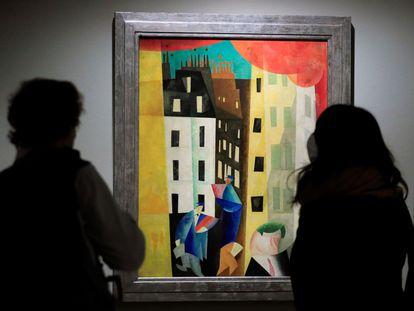 Dos personas observan el cuadro 'Arquitectura II' de Lyonel Feininger que forma parte de la exposición 'Expresionismo alemán en la colección del barón Thyssen-Bornemisza', en Museo Nacional Thyssen-Bornemisza en Madrid este lunes.
