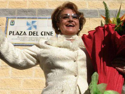 La actriz Carmen Sevilla, durante la inauguración de la Plaza del Cine en Huelva, en 2005.