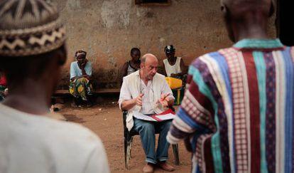 El epidemiólogo de Médicos sin Fronteras Michel van Herp da una charla sobre ébola en Gbando (Guinea).