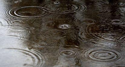 Gotas de lluvia cayendo en un charco, en Madrid.