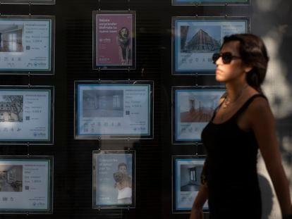 Carteles de alquiler en una inmobiliaria del centro de Madrid, en agosto.