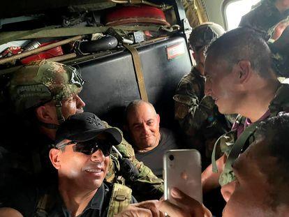 Otoniel, en el centro, sonríe para una fotografía con militares colombianos en el interior de un helicóptero tras ser capturado.