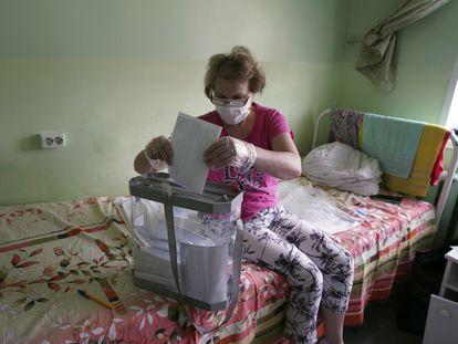 Una paciente deposita su voto sobre la reforma constitucional en un hospital en Voronezh, en Rusia, este martes.