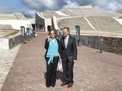 Los conselleiros de Facenda, Elena Muñoz, y Cultura, Xesús Vázquez, ayer en el Gaiás.