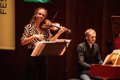 La violinista Eva Saladin y el clavecinista Johannes Keller.