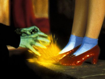 Los zapatos de rubí de Dorothy no son únicamente una pieza más de vestuario: se han convertido, por sí mismos, en una estrella y un símbolo de la industria de Hollywood, donde lo común se transforma en extraordinario. En la novela de L. Frank Baum, los 'slippers' eran plateados, pero el guion de la película modificó su color para hacerlos más vistosos en el novísimo Technicolor. Los cinco pares de zapatos de rubí de los que se tienen noticias están entre la talla cinco y la seis (Judy Garland pidió un par algo más grande para poder ponérselos por la noche, tras horas de rodaje y bailes) y cuestan aproximadamente 1,5 millones de dólares cada uno. Uno de los pares creados por el vestuarista Gilbert Adrian se expone en el Smithsonian.