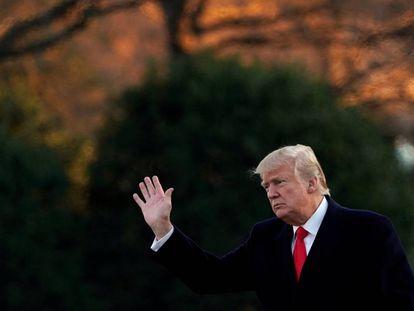 Trump saluda en la Casa Blanca, este jueves.