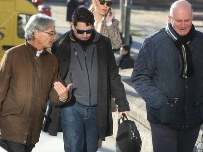 De izquierda a derecha, el abogado González Bosch con sus clientes, José Oreja y Antonio Coronado.