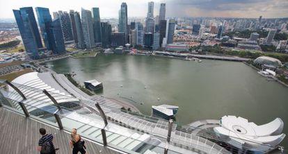 Varios jóvenes pasean por Singapur.