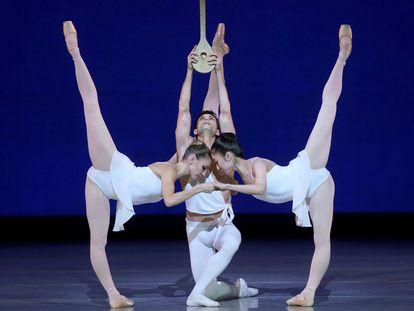 Los bailarines Giada Rossi, Alessandro Riga y Haruti Otani durante el ensayo general de 'Apollo', en el Teatro Real.