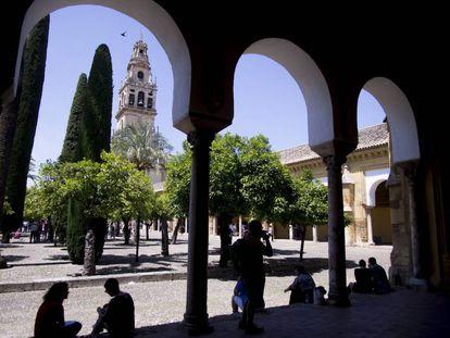 Galerías porticadas del Patio de los Naranjos de la Mezquita-Catedral de Córdoba.