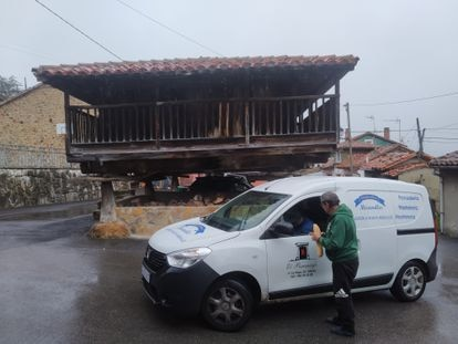 Laudelino Varela, de 70 años, compra el pan al repartidor que se lo lleva a diario a Tabayes (Asturias) el pasado viernes.