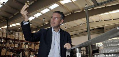 Andrés Ortega, director de la empresa de fragancias Ambientair, en una de sus plantas.