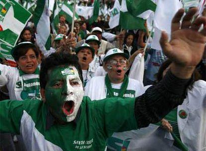 Partidarios de la autonomía de la provincia de Santa Cruz, el miércoles en un acto de cierre de  campaña.