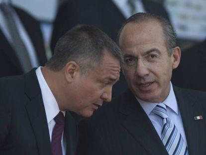 García Luna, entonces secretario de Seguridad Pública Federal junto a Felipe Calderón, en 2012.