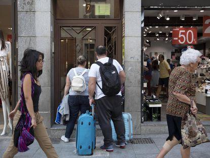 Una pareja entra en un piso turístico, en el centro de Madrid.